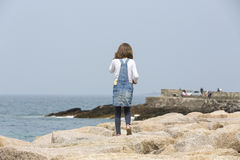 девушка меньшее близкое море стоковые изображения