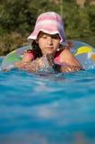 девушка меньшее заплывание бассеина стоковая фотография
