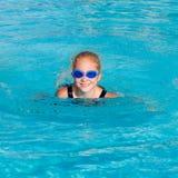 девушка меньшее играя заплывание бассеина стоковое изображение rf