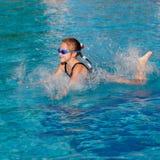 девушка меньшее играя заплывание бассеина стоковое фото