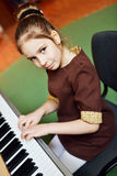 девушка меньший играть рояля Стоковое Изображение RF