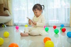 девушка меньший мобильный телефон используя Стоковое фото RF