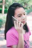девушка меньший мобильный телефон используя Стоковые Изображения RF
