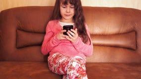 девушка меньший мобильный телефон сток-видео