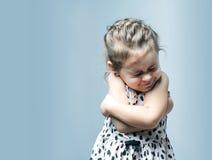 девушка меньший портрет Она плачет и повреждение Стоковое Изображение
