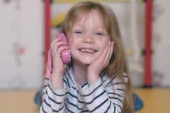 девушка меньший телефон Стоковые Фото