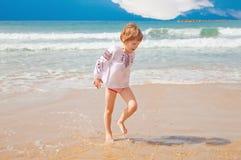 девушка меньшяя брызгая вода Стоковая Фотография