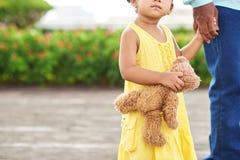 девушка медведя меньший игрушечный Стоковые Изображения RF