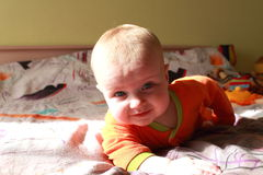 девушка младенца вползая Стоковое Изображение