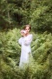девушка на краю леса в длинном белом платье Стоковое Изображение RF