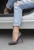 девушка ноги рядом с автомобилем Стоковые Изображения RF