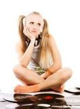девушка довольно записывает детенышей винила Стоковая Фотография