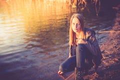 девушка довольно предназначенная для подростков стоковые фотографии rf