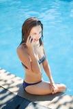 девушка около заплывания бассеина Стоковые Изображения RF