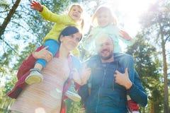 девушка отца семьи мальчика предпосылки обнимая его маленький супруга пруда парка мати человека Стоковые Изображения RF