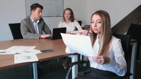 девушка офис сидит думает акции видеоматериалы