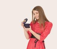 девушка подарка коробки счастливая Стоковые Фото