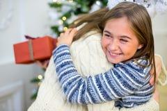 2 девушка, подарок, рождественская елка, белые шляпы Стоковое Фото