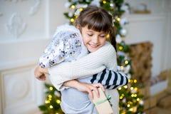 2 девушка, подарок, рождественская елка, белые шляпы Стоковые Изображения RF