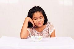девушка получая пробуренный с едой Стоковые Изображения