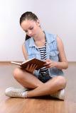 девушка предпосылки над белизной подростка студии всхода Стоковые Фото
