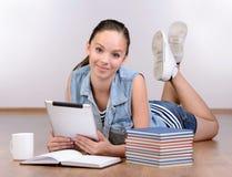 девушка предпосылки над белизной подростка студии всхода Стоковое Фото