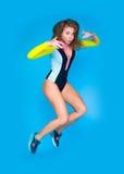 девушка предпосылки скача над детенышами студии всхода белыми Стоковое Изображение RF