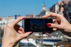 девушка принимая фото с ее мобильным телефоном стоковое фото rf