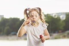 девушка пузырей дуновений меньшее мыло Стоковые Изображения