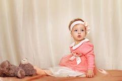 девушка платья немногая стоковое изображение