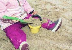 девушка пляжа играя песок Стоковые Фото