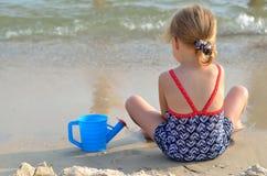 девушка пляжа красивейшая немногая играя Стоковая Фотография