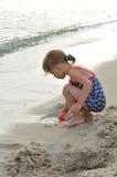 девушка пляжа красивейшая немногая играя Стоковые Фотографии RF