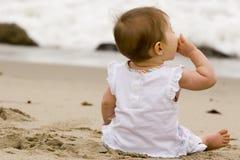 девушка пляжа меньший играя песок Стоковая Фотография RF