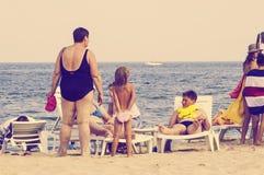 девушка пляжа младенца каникула серии шаржа пляжа Стоковые Изображения RF