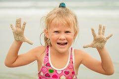 девушка пляжа немногая играя стоковая фотография