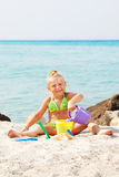 девушка пляжа немногая играя стоковое изображение
