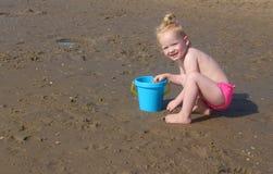 девушка пляжа немногая играя Стоковое фото RF