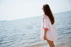 девушка пляжа довольно тропическая Стоковые Изображения RF