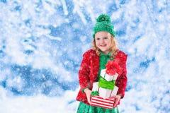 девушка рождества держа немногую представляет Стоковое фото RF