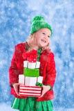 девушка рождества держа немногую представляет Стоковое Фото