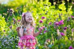 девушка сада цветка немногая Стоковое Фото
