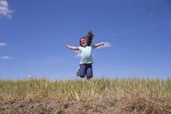 девушка скача немного стоковое фото rf