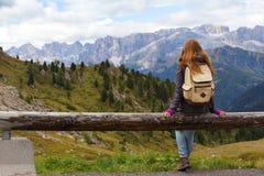 девушка смотря горы Стоковые Фото