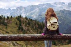 девушка смотря горы Стоковые Изображения RF