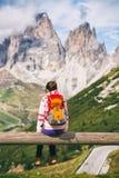 девушка смотря горы Стоковое Изображение RF