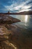 девушка смотря заход солнца Стоковая Фотография