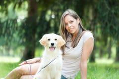 девушка собаки ее усмехаться стоковые изображения
