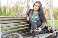 девушка стенда outdoors сидя Стоковые Фотографии RF