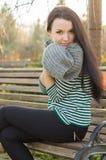 девушка стенда outdoors сидя Стоковое фото RF